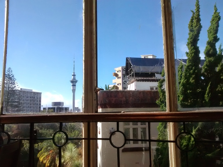 Auckland - la Sky tower vue depuis l'Alleluya cafe