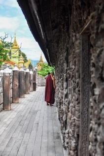 Myanmar - Mandalay - Kuthodaw Pagoda, moine, 2015
