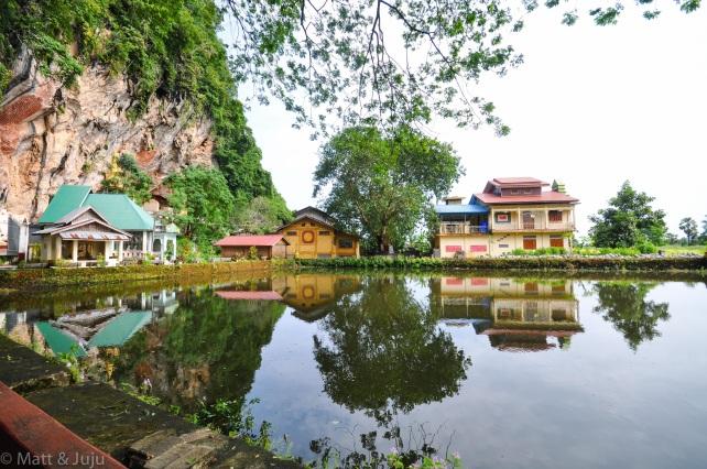 On approche de la KawGon Cave, les bâtiments autour de cette piscine artificielle accueillent les moines