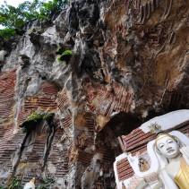 KawGon Cave : les bas-reliefs dominent les statues plus classiques.