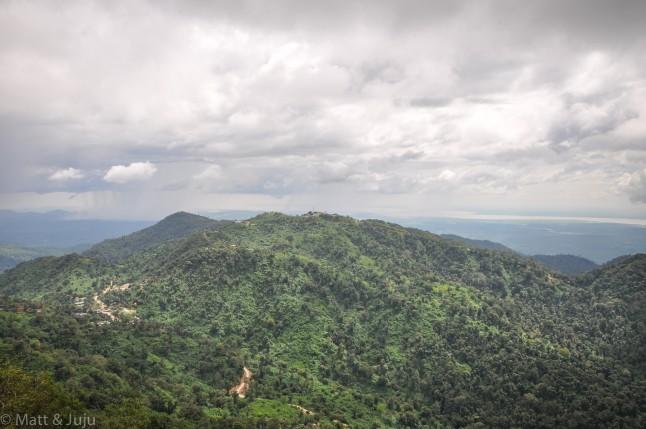 Vue sur les collines et montagnes alentours