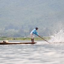 Les eaux sont peu profondes et le geste de ce pêcheur renvoie les poissons vers ses filets opposés
